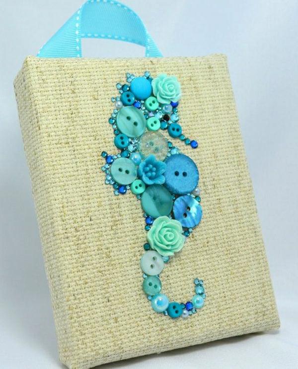 deko-mit-einem-seepferd-ideen-für-dekoration-aus-knöpfen-in-blau