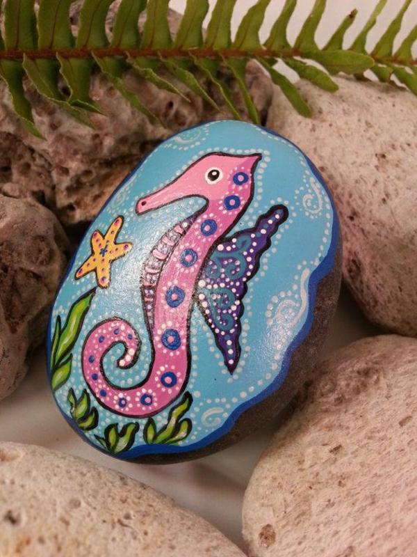 deko-mit-einem-seepferd-ideen-für-dekoration-bemalte-steine
