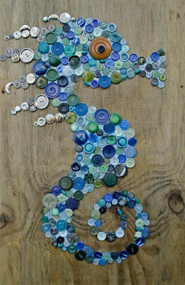 deko-mit-einem-seepferd-ideen-für-dekoration-seepferd-aus-blauen-knöpfen