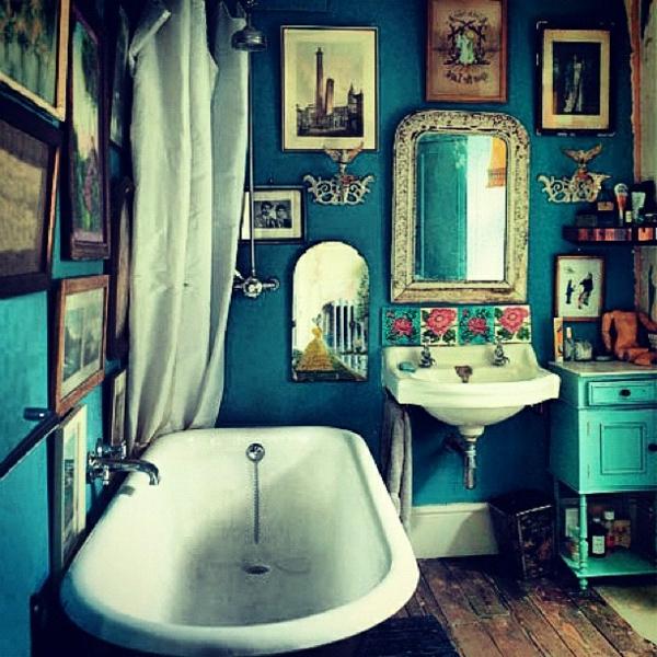 dekoration-in-türkis-farbe-badewanne-im-kleinen-badezimmer - weiße gardinen