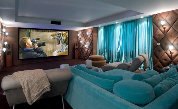dekoration-in-türkis-farbe-gemütliches-ambiente-im-wohnzimmer - großes sofa