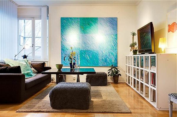 dekoration-in-türkis-farbe-gemütliches-design-vom-wohnzimmer - hocker neben dem tisch