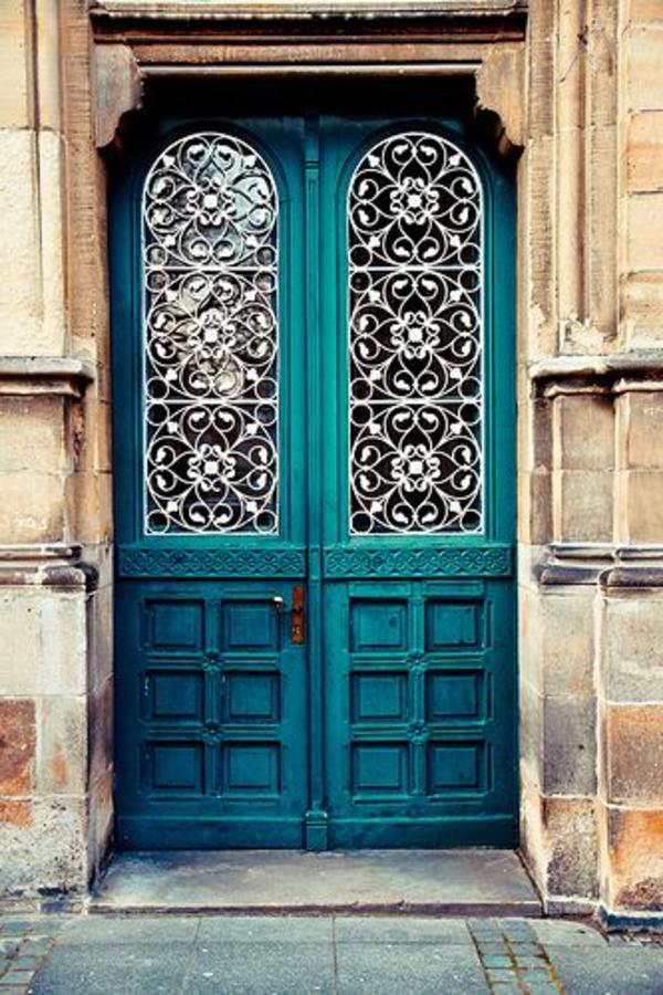 dekoration-in-türkis-farbe-große-haustüren - sehr aristokratisch wirken