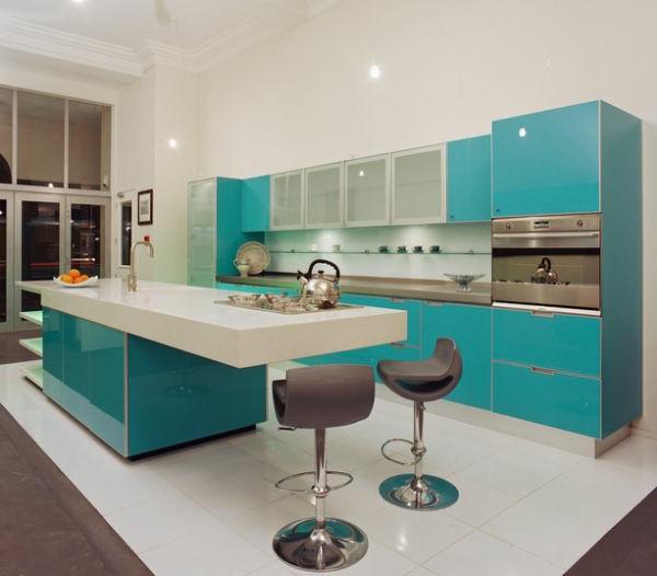 dekoration-in-türkis-farbe-interessante-küche-gestaltung mit großen schränken