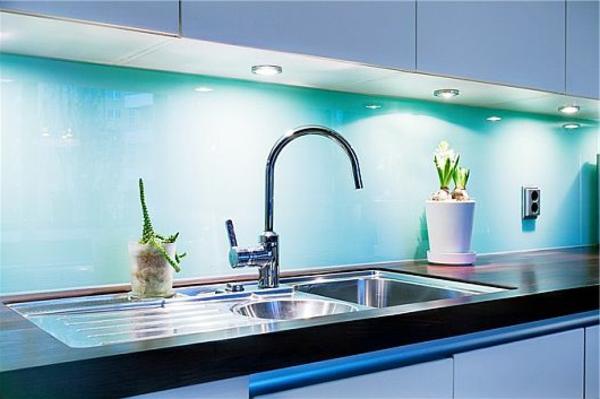 dekoration-in-türkis-farbe-interessante-wandgestaltung-in-der-küche