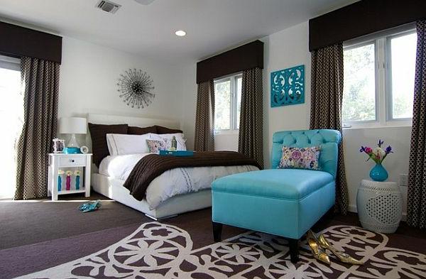 dekoration-in-türkis-farbe-interessanter-sessel-im-schlafzimmer