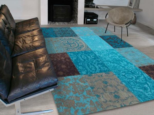dekoration-in-türkis-farbe-moderner-und-attraktiver-teppich neben einem ledersofa
