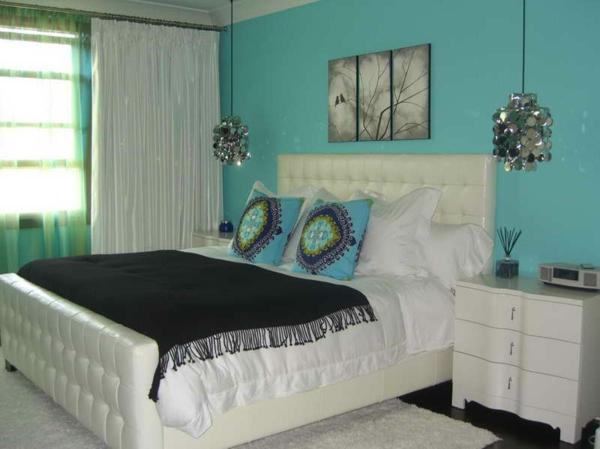 dekoration-in-türkis-farbe-schlafzimmer-mit-einem-weißen-bett