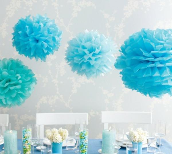 dekoration-in-türkis-farbe-sehr-interessante-hängende-kugeln-aus-papier-blaue-gestaltung-ultramodernes-aussehen