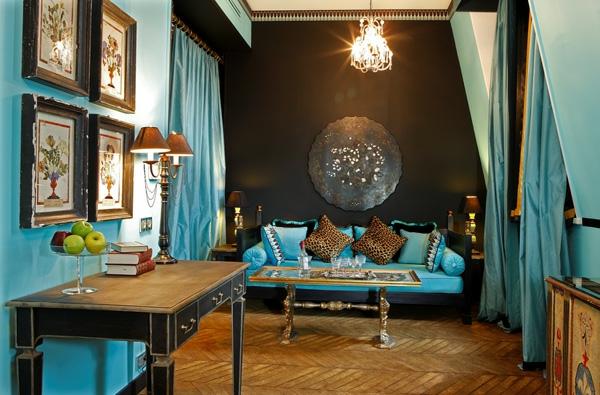 dekoration-in-türkis-farbe-viele-bilder-an-der-wand - schöne gardinen