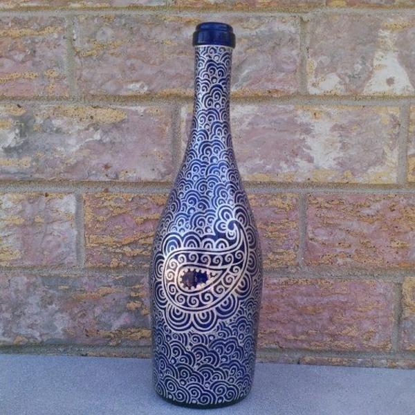 dunkelblaue-Weinflasche-silberner-Henna-Muster
