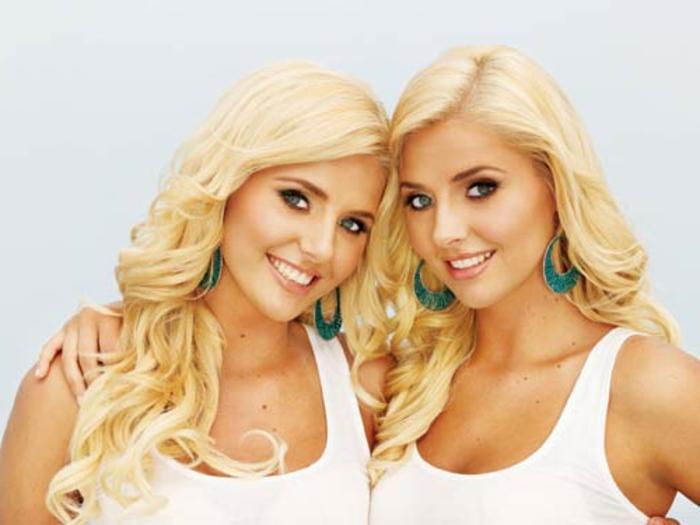eineiige-zwillinge-attraktiv-aussehende-blonde-frauen