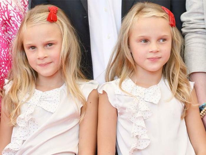eineiige-zwillinge-blonde-süße-kleine-mädchen