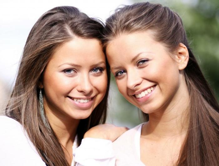 eineiige-zwillinge-braune-haare-interessante-frisuren