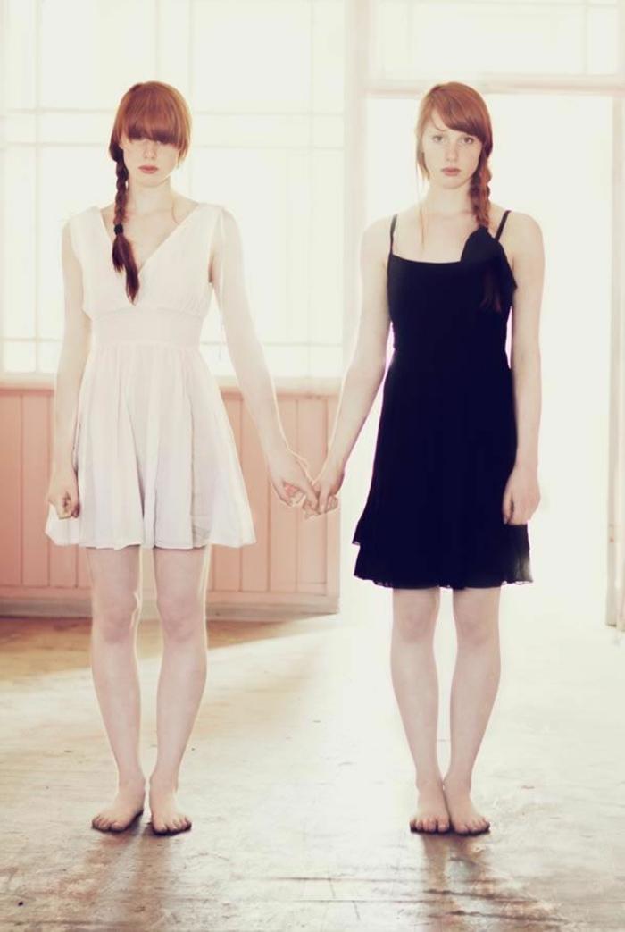 eineiige-zwillinge-elegant-angekleidete-mädchen
