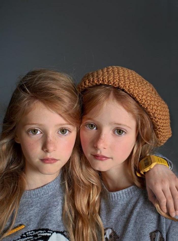eineiige-zwillinge-kleine-süße-mädchen