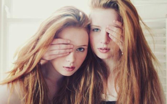 eineiige-zwillinge-mädchen-jugendliche-mit-langen-haaren