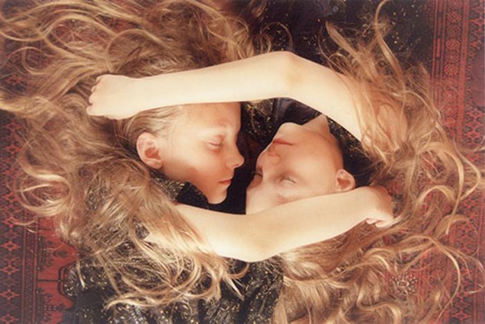eineiige-zwillinge-mädchen-umarmen-sich
