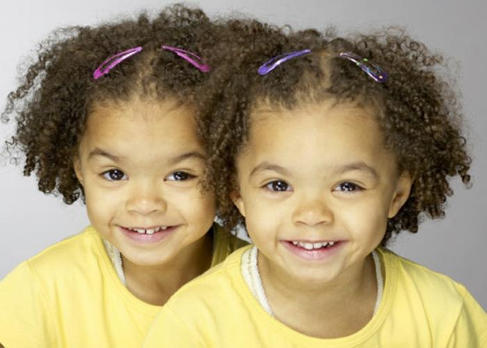 eineiige-zwillinge-mit-lockigen-haaren