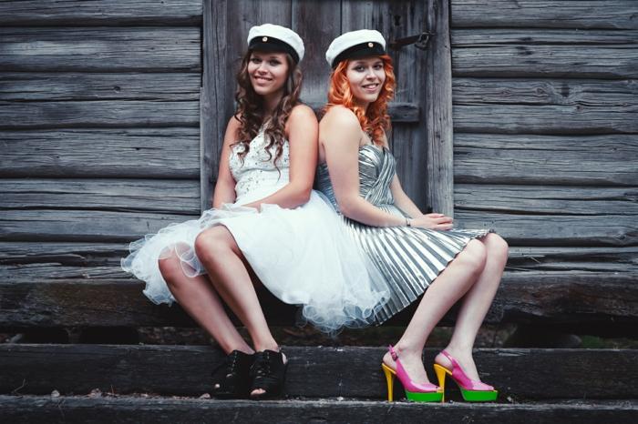 eineiige-zwillinge-professionelles-foto-interessante-kleidung