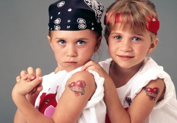 eineiige-zwillinge-super-lustig-angekleidete-jungen