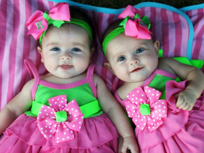 eineiige-zwillinge-tolle-baby-mädchen-rosige-kleider