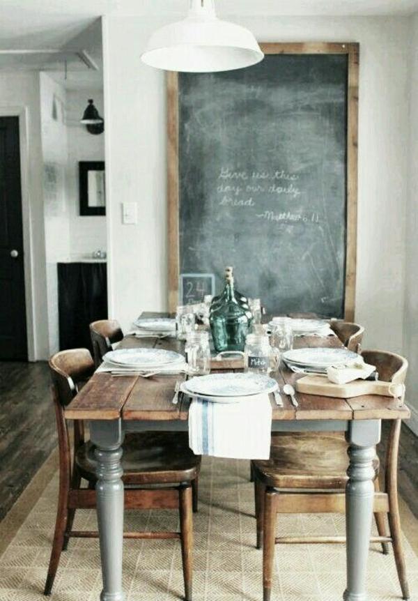 einfache-Landhausküchen-rustikales-Design-hölzerne-Stühle-schwarze-Tafel