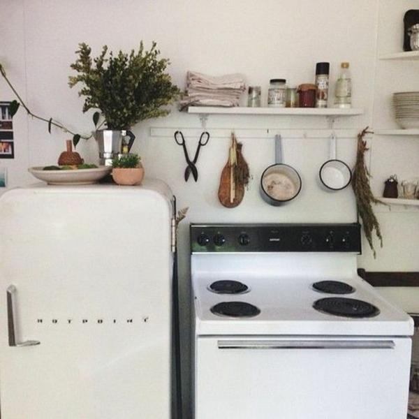 einfache-Landhausküchen-weiß-Herd-Kühlschrank