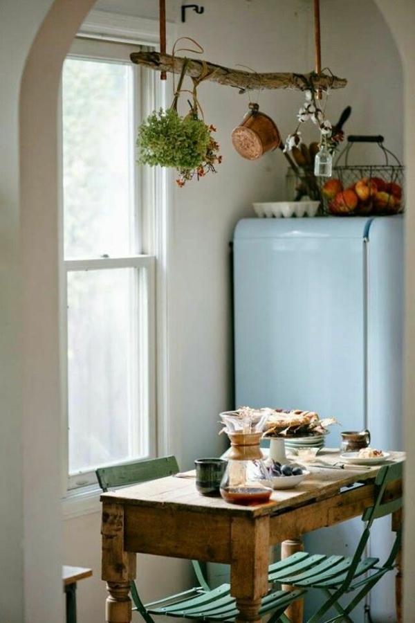 einfache-Landhausküchen-blauer-Kühlschrank-Esstisch-grüne-Stühle