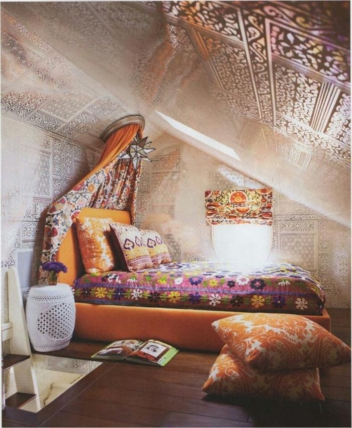 einzigartiges-Boho-Schlafzimmer-dekorierte-Wände-Decke