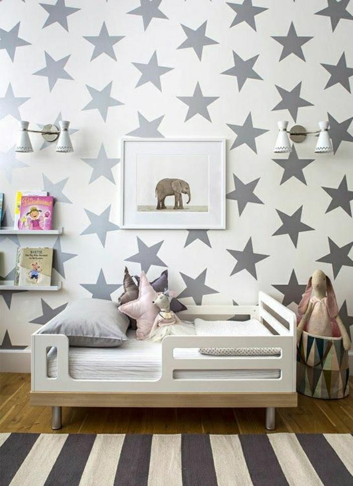 eklektisch-eingerichtetes-Kinderzimmer-Wand-Tapete-weiße-Grundlage-graue-Sterne