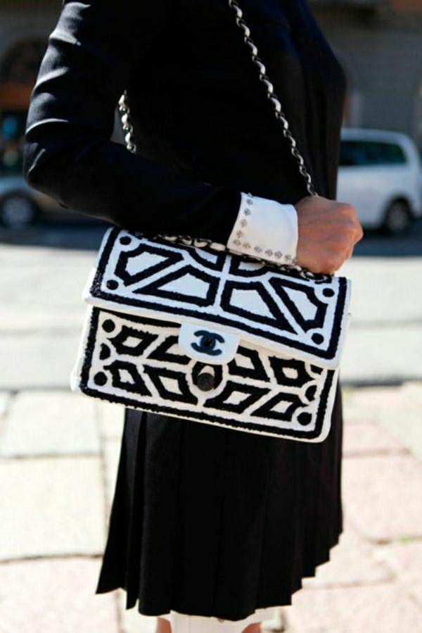 elegante-schwarz-weiße-Chanel-Tasche