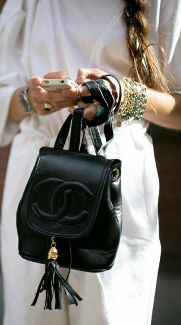 eleganter-schwarzer-Chanel-Rücksack
