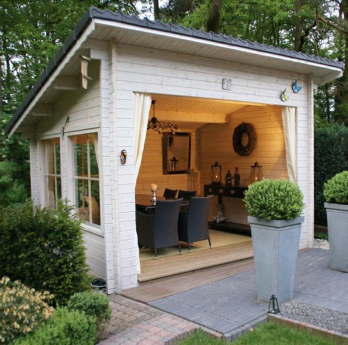 elegantes-weißes-Gartenhaus