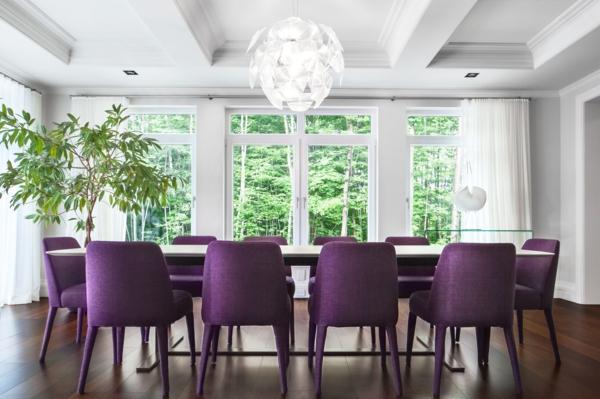 extravagante-wohnideen-für-esszimmer-schicke-lila-stühle