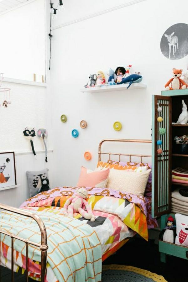 farbiges-Kinderzimmer-Kleiderschrank-Plüschtiere-Knöpfe-an-der-Wand