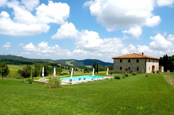 ferienhaus-in-toskana-mit-pool-grünes-gras-und-tolles-bild - weiße wolken