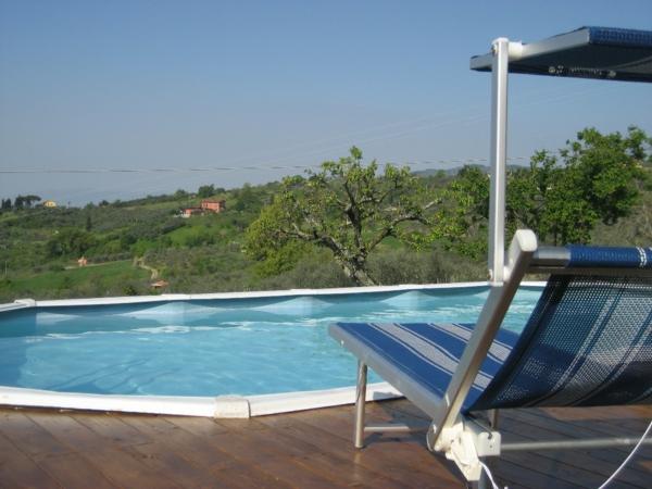 ferienhaus-in-toskana-mit-pool-liegestuhl-mit-einem-sonnenschirm