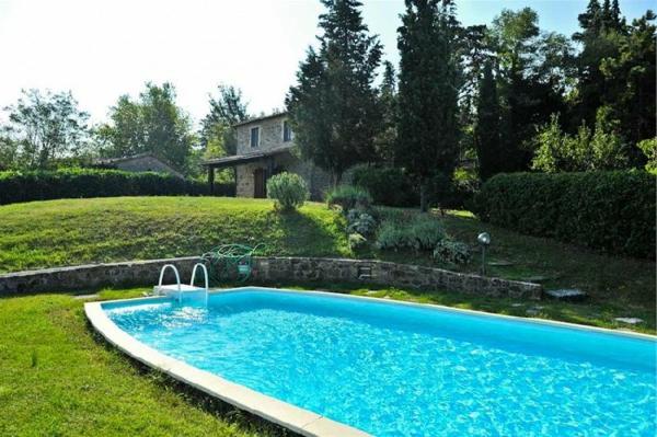 ferienhaus-in-toskana-mit-pool-neben-dem-grünen-gras