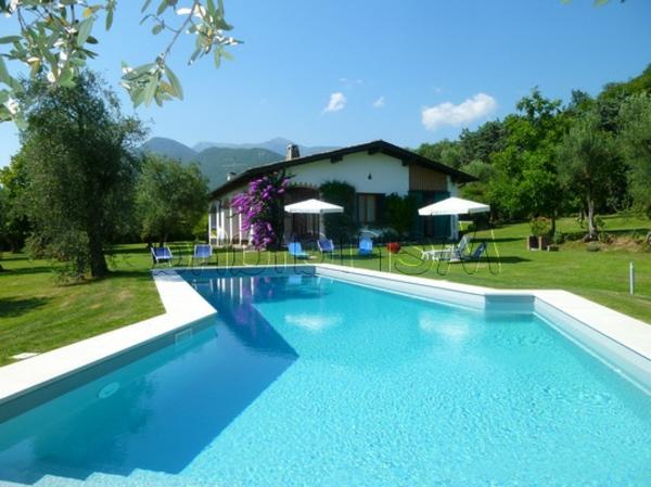 ferienhaus-in-toskana-mit-pool-reines-wasser-blaue-gestaltung