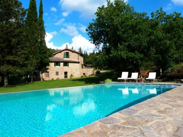 ferienhaus-in-toskana-mit-pool-reines-wasser-in-blauer-farbe