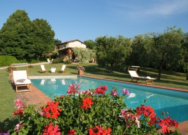 ferienhaus-in-toskana-mit-pool-schöne-rote-blumen