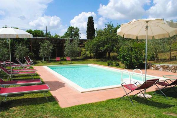 ferienhaus-in-toskana-mit-pool-schöne-sonnenschirme-und-liegestühle