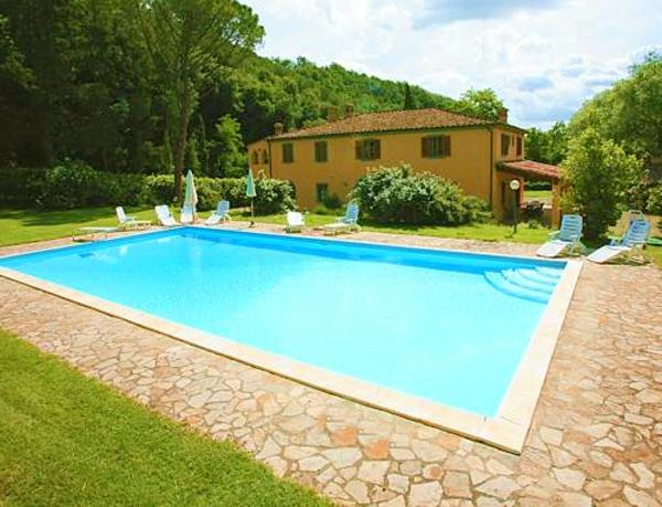 ferienhaus-in-toskana-mit-pool-viereckiges-modell-und-elegantes-haus