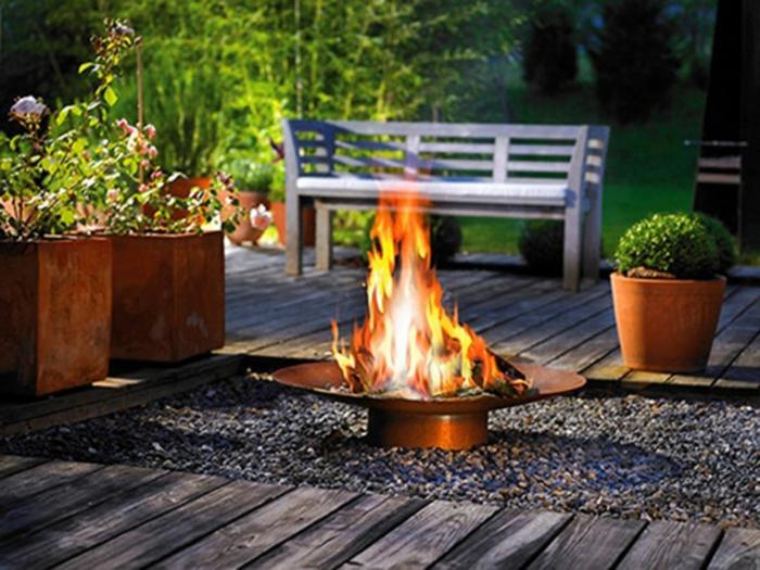 feuerstelle-für-terrasse-boden-aus-hölzernen-brettern