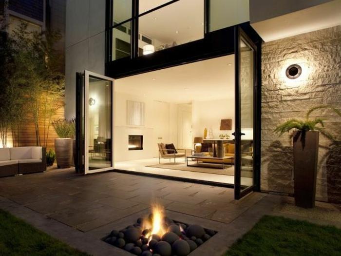 feuerstelle-für-terrasse-interessante-gestaltung-gläserne-wände