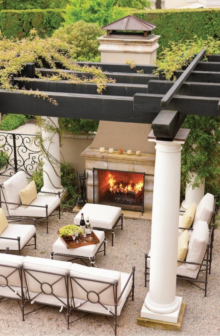 feuerstelle-für-terrasse-weiße-säule
