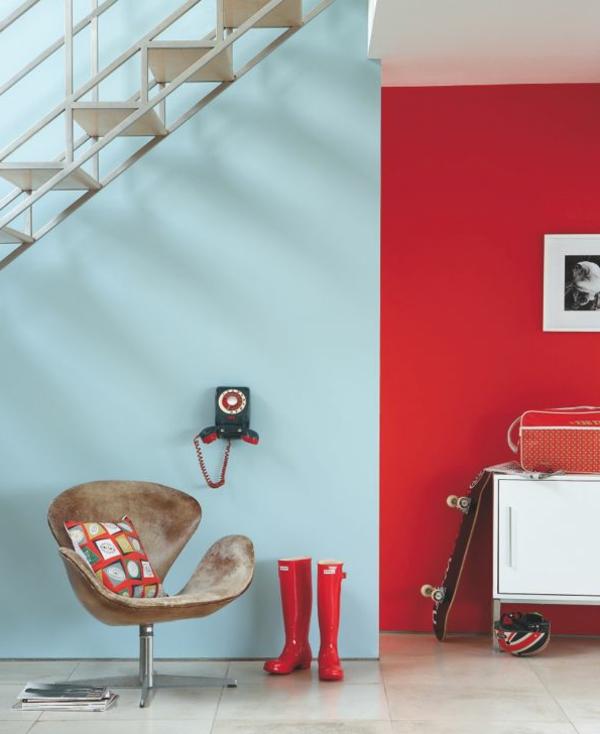 wohnzimmer rote wand:Rotes Sofa, rote Wände und weißer Boden