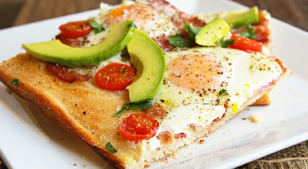 frühstückspizza-mit-avokado-