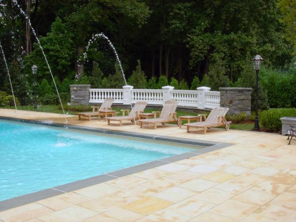 garten-pool-cooles-modell-und-liegestühle-daneben